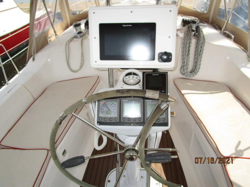 38' Marlow-Hunter cockpit helm