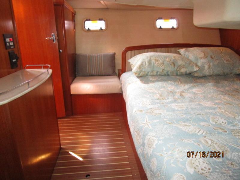 38' Marlow-Hunter master stateroom starboard