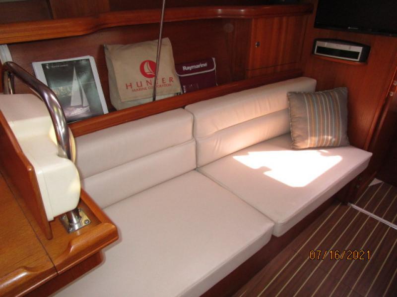 38' Marlow-Hunter salon port forward seating