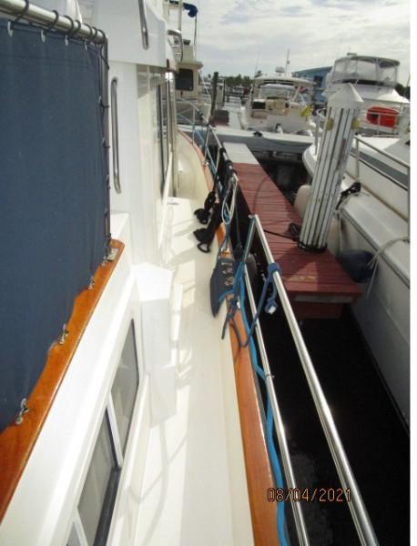 36' Sabreline starboard side deck2