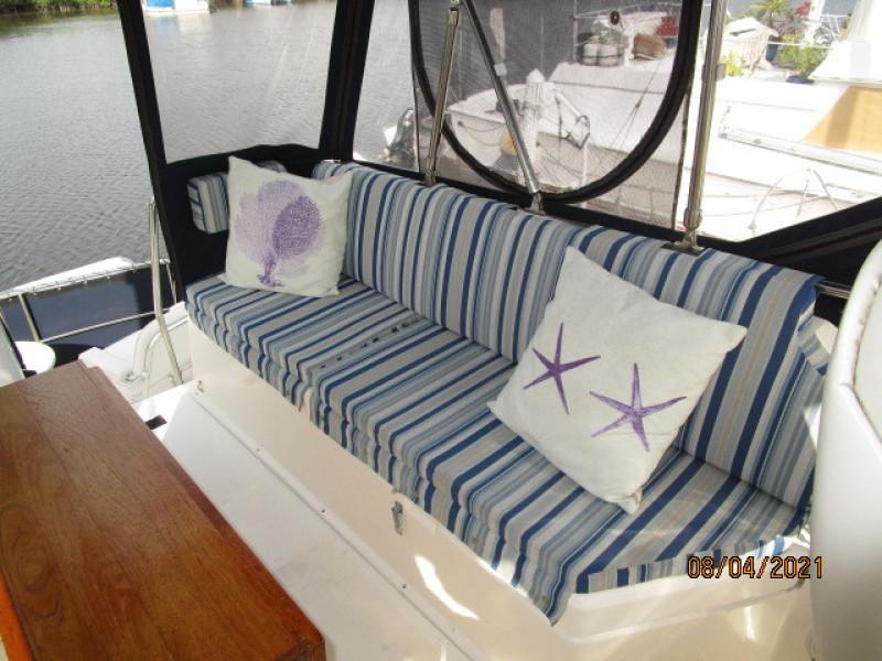 36' Sabreline flybridge port seating