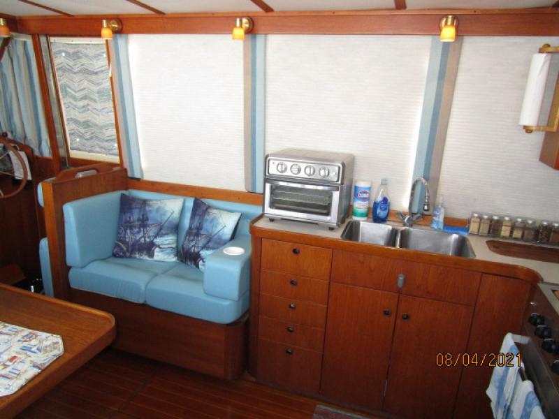 36' Sabreline salon port