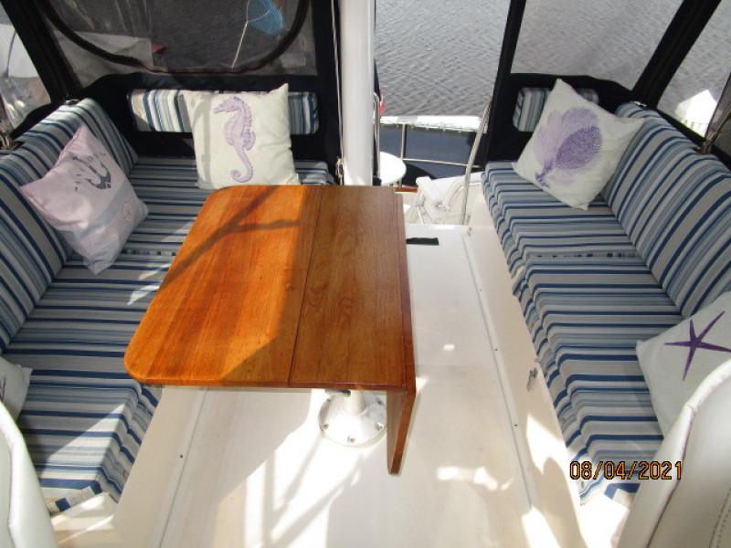 36' Sabreline flybridge table2