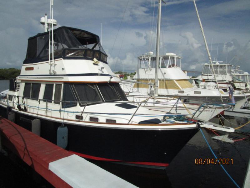 36' Sabreline starboard forward profile