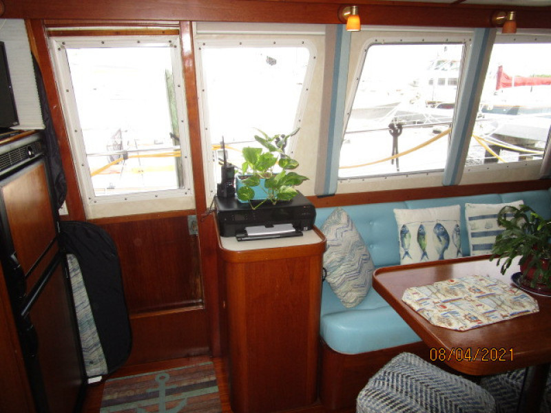36' Sabreline salon starboard