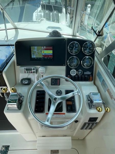 2000 Pursuit 3000 Express - Lucky Dawg - Helm