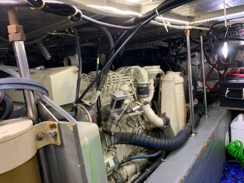 1996 46 Carver 455 Motor Yacht LA Breeze Engine Room (3)