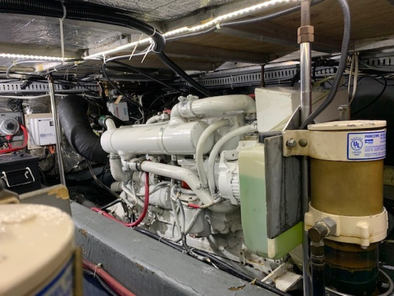 1996 46 Carver 455 Motor Yacht LA Breeze Engine Room (2)