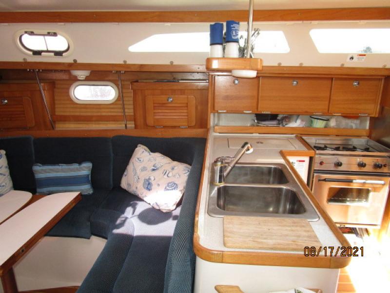 34' Catalina salon starboard