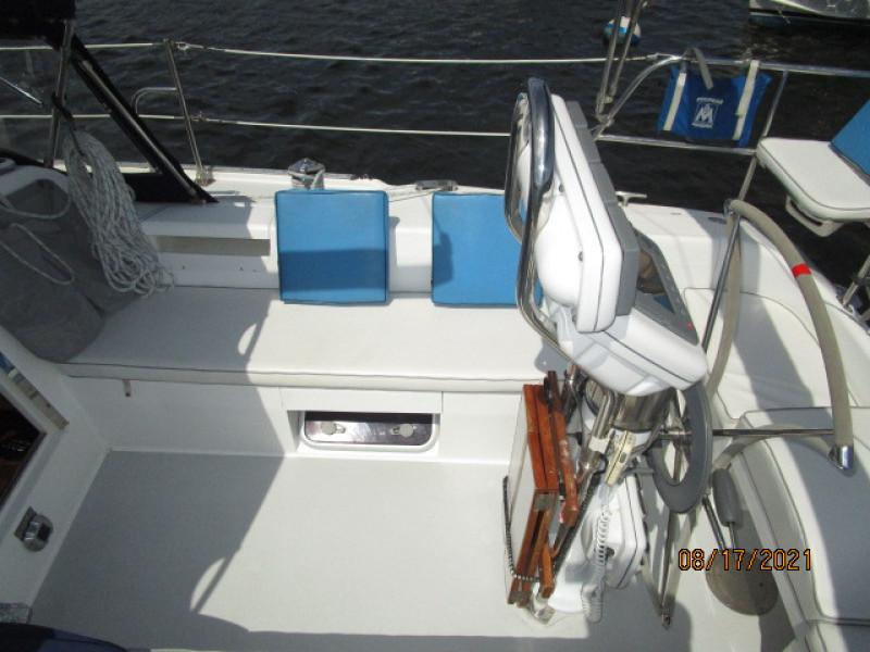 34' Catalina cockpit starboard
