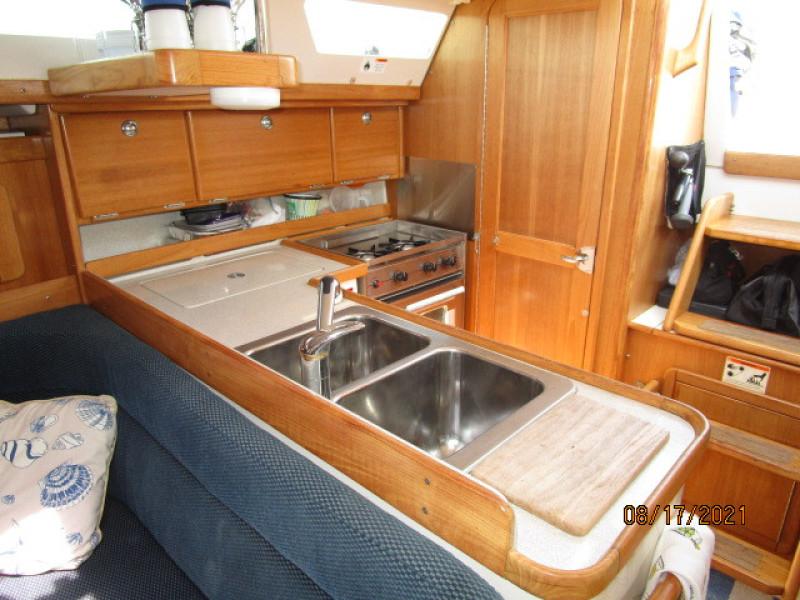 34' Catalina galley3