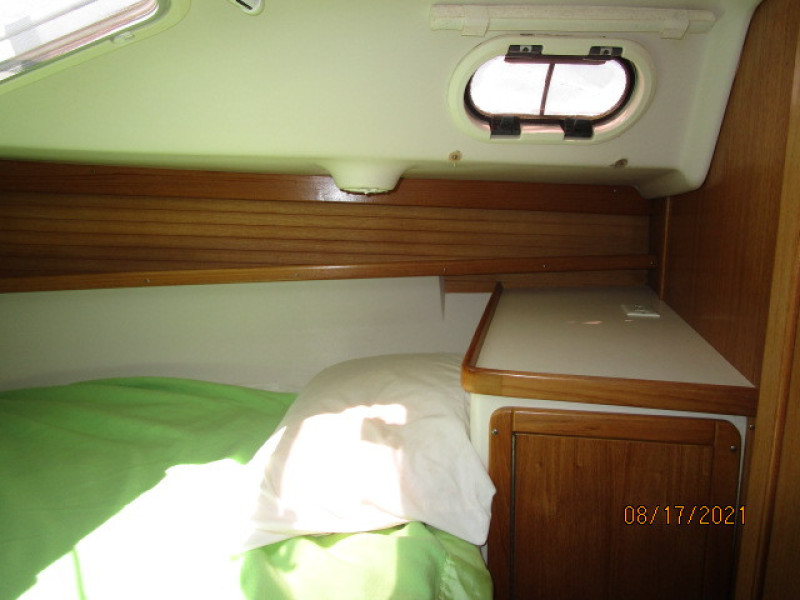 34' Catalina forward stateroom starboard