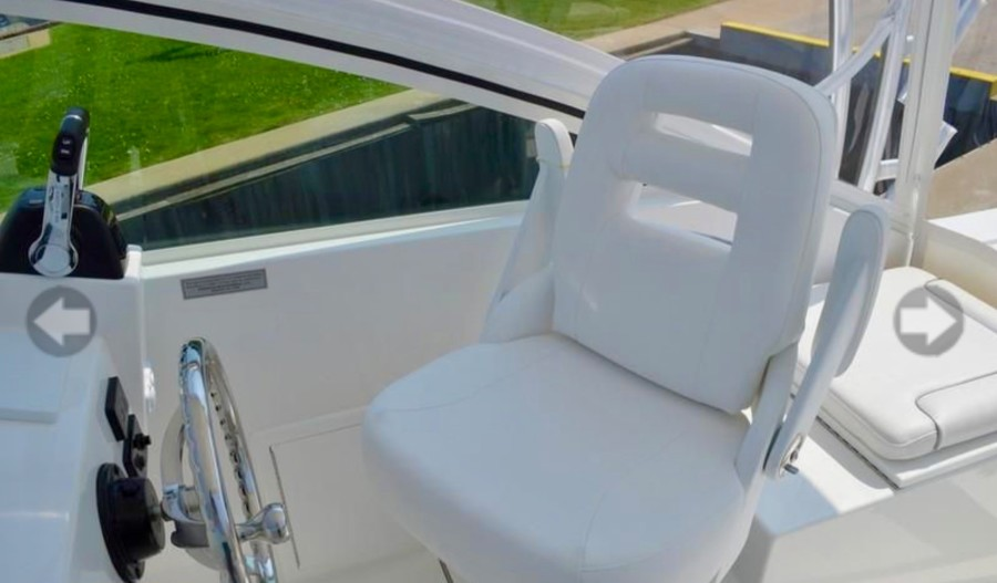 Albemarle 25 - Helm seating