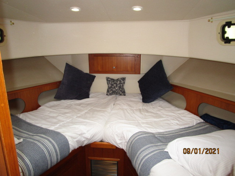 43' Mainship forward guest stateroom
