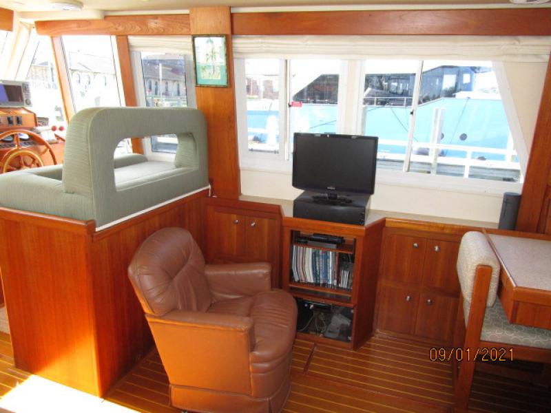 43' Mainship salon starboard