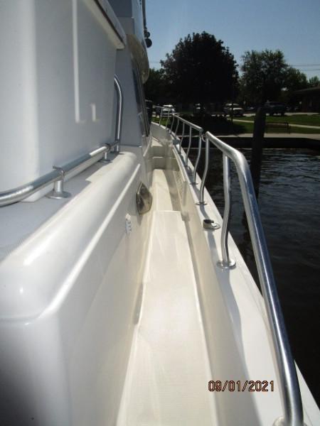 43' Mainship starboard side deck2