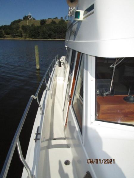 43' Mainship starboard side deck1