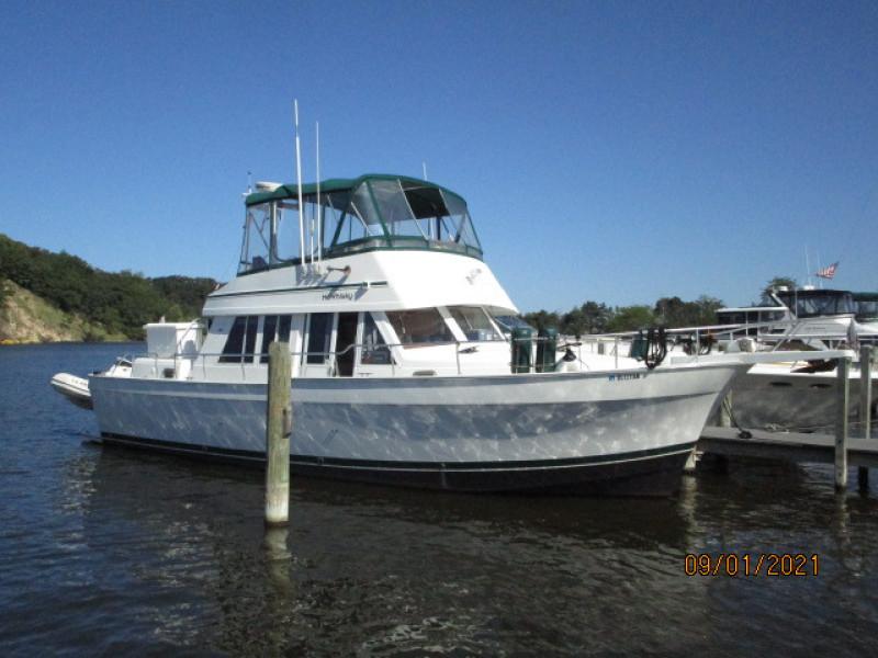 43' Mainship starboard forward profile