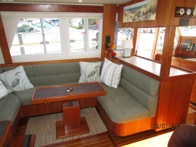 43' Mainship salon port