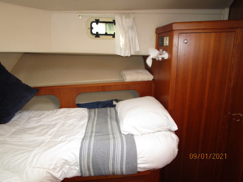 43' Mainship forward guest stateroom starboard