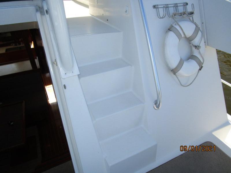 43' Mainship trunk cabin-flybridge steps