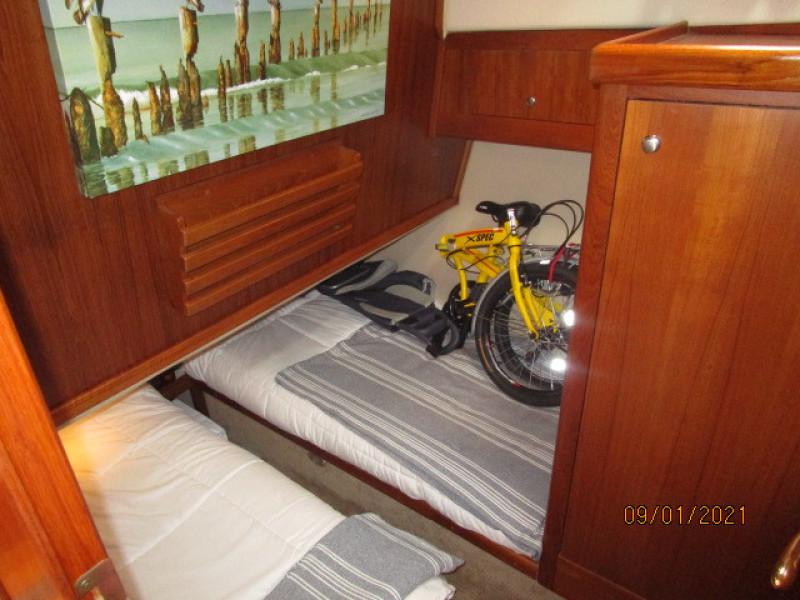 43' Mainship port guest stateroom