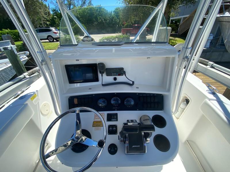 Boston Whaler 270 - Helm