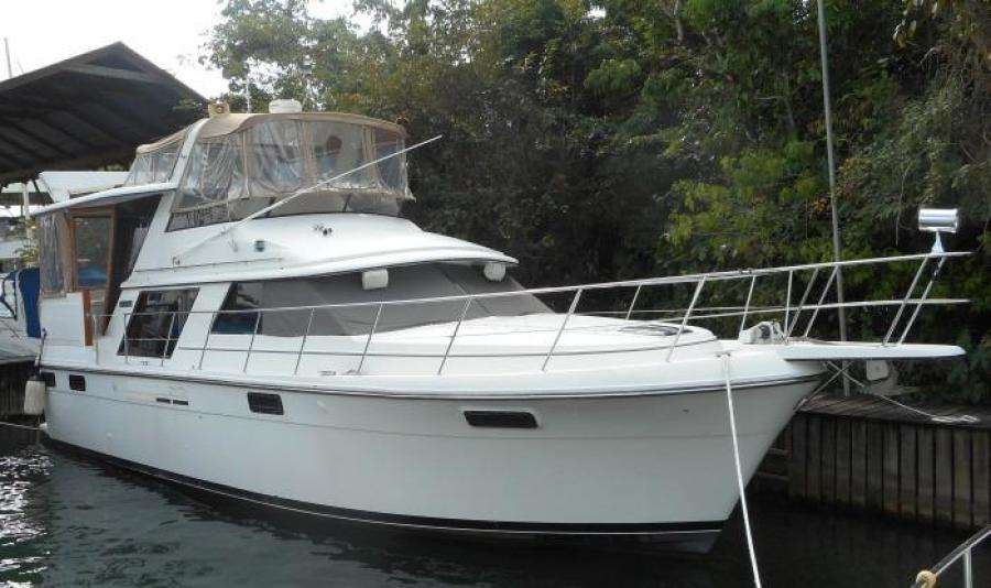 1988 Carver 4207 Aft Cabin Motor Yacht starboard bow