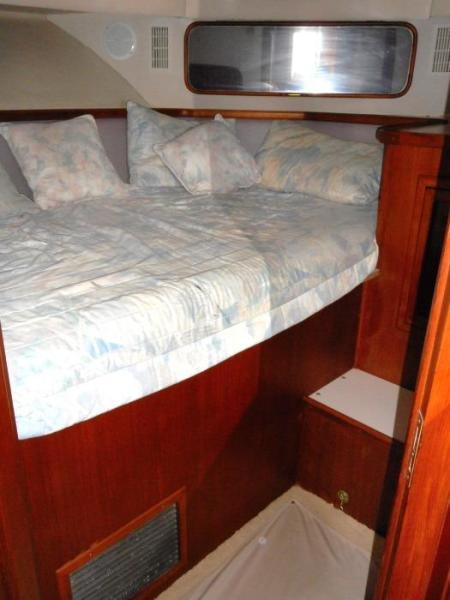 1988 Carver 4207 Aft Cabin Motor Yacht VIP stateroom