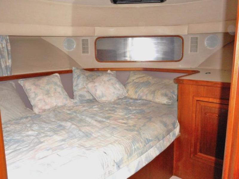 1988 Carver 4207 Aft Cabin Motor Yacht VIP berth