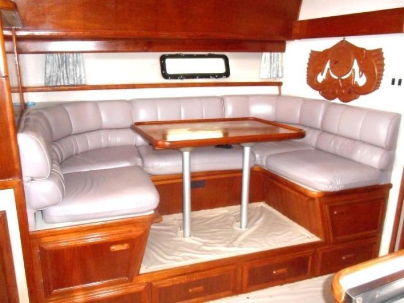 1988 Carver 4207 Aft Cabin Motor Yacht dinette