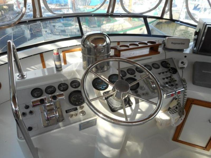 1988 Carver 4207 Aft Cabin Motor Yacht helm