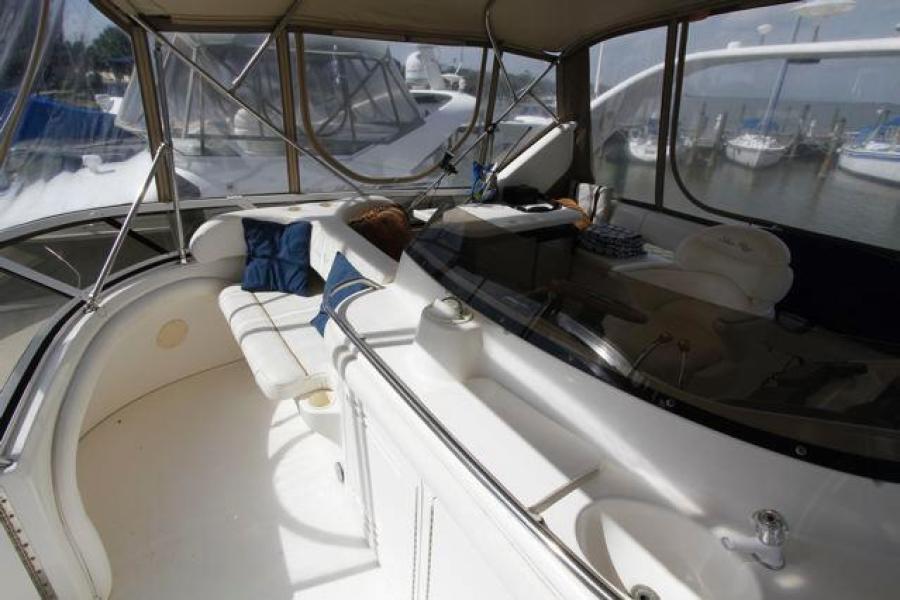 SEA RAY 450 Express Bridge Forward Helm Seating