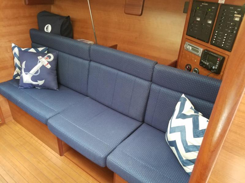 Hunter E33 lounge