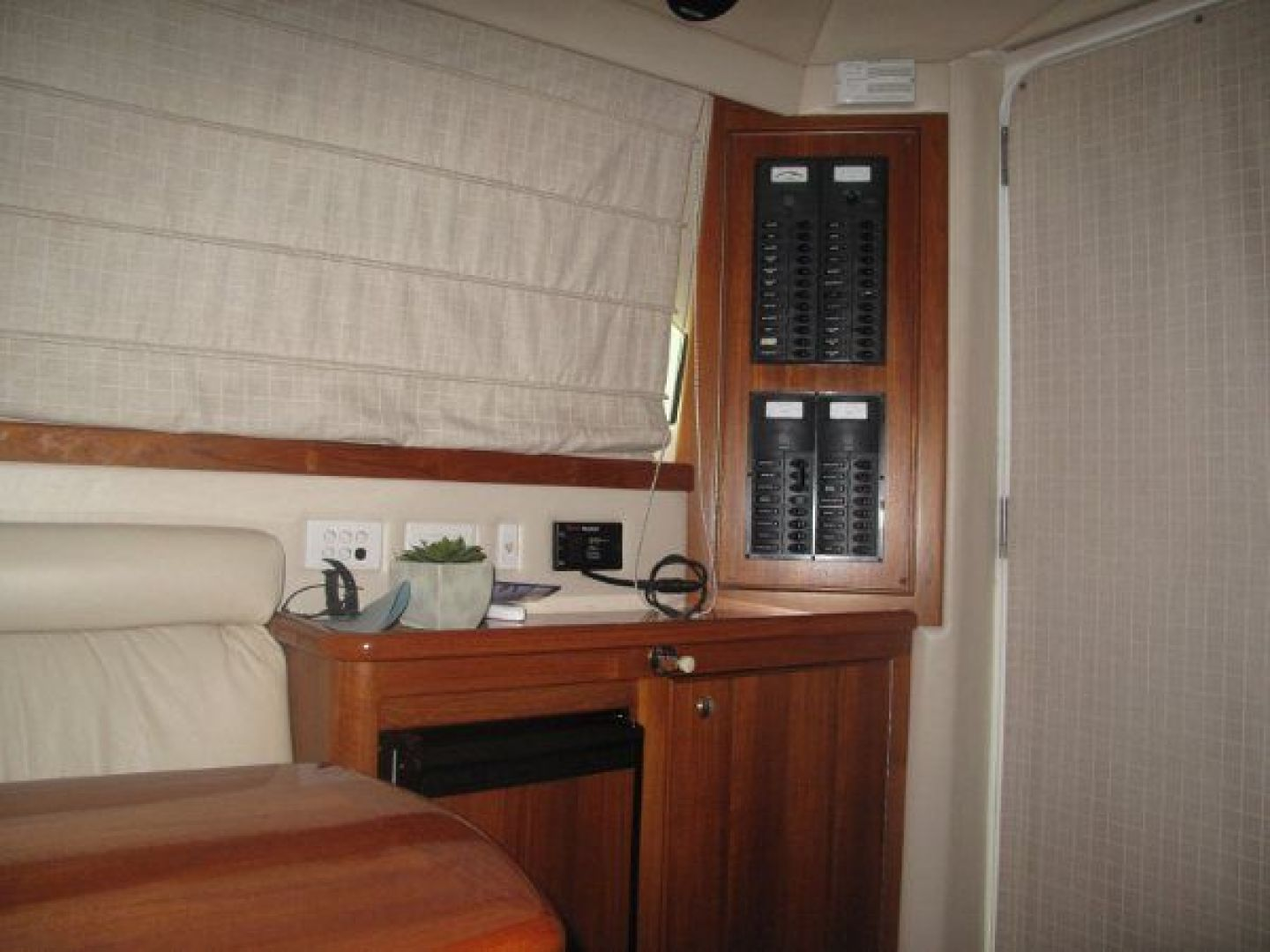 Riviera-Flybridge-2004-No-Name-Curacao-Netherlands-Antilles-(NL)-Electrical-Panel-924165