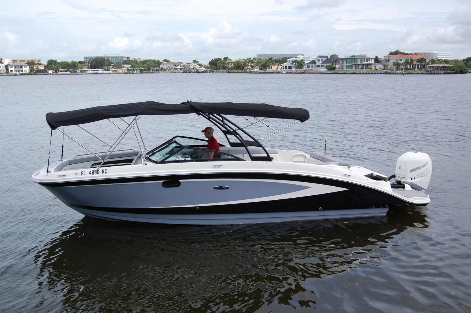27' 2016 Sea Ray 270 Sundeck Outboard | Tampa Yacht Sales