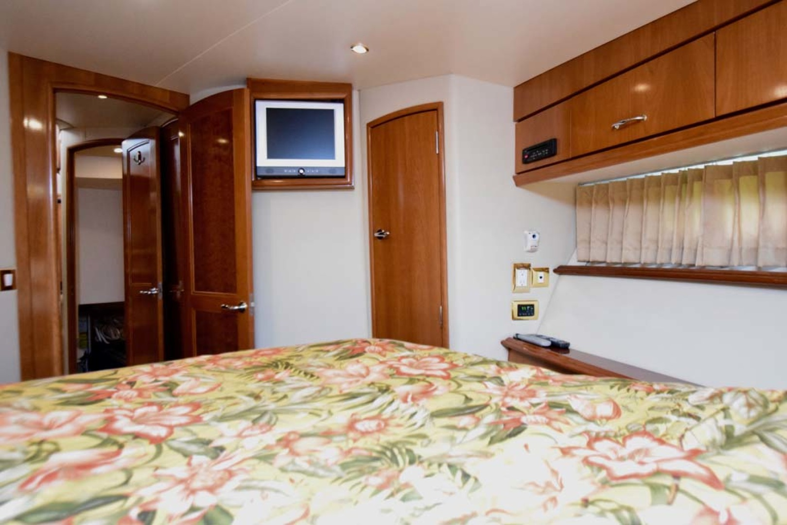 Carver-Voyager 2005-Sawbones Fort Lauderdale-Florida-United States-Master Stateroom TV-1069036 | Thumbnail