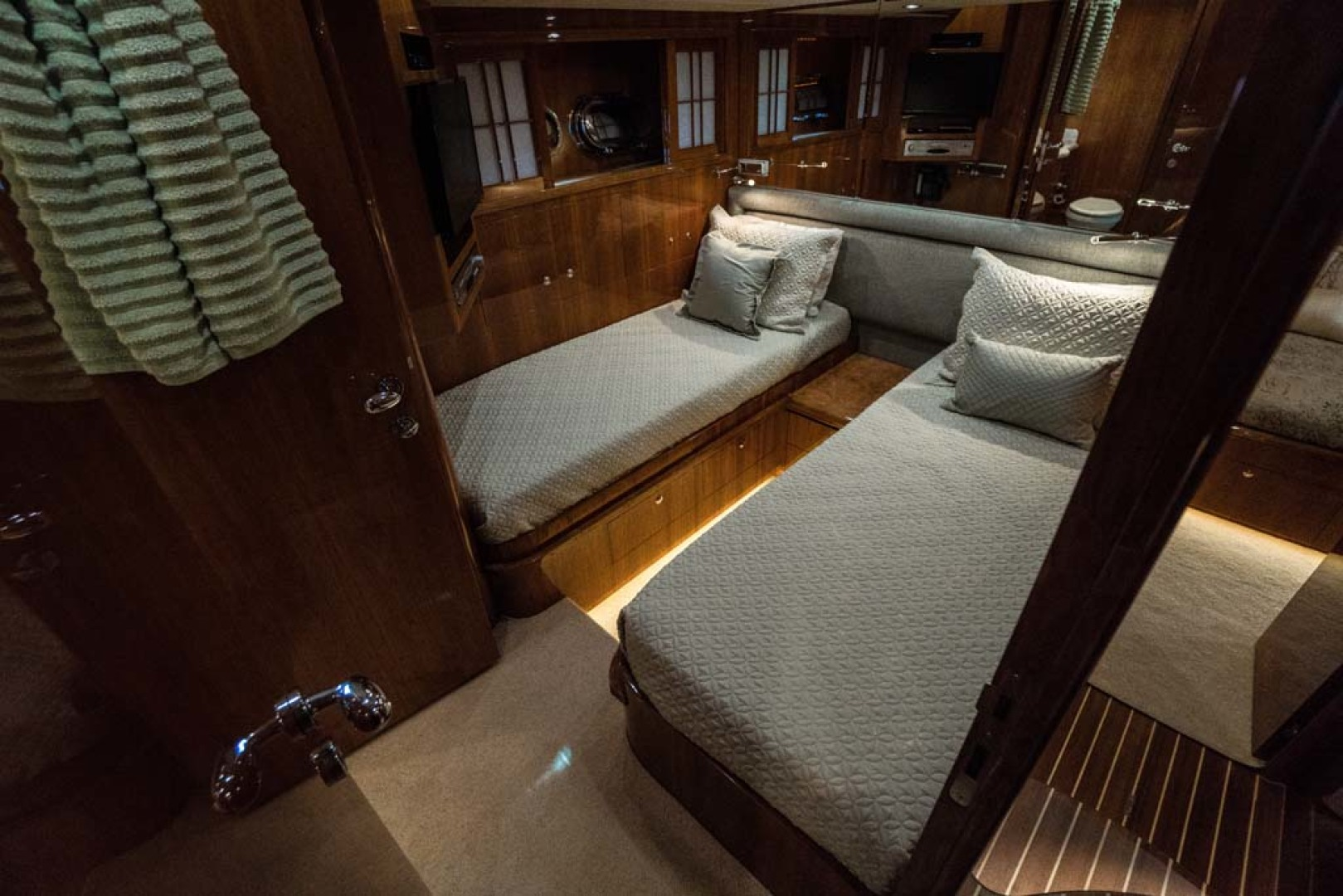 Horizon-Cockpit-Motor-Yacht-2008-Liberation-Stuart-Florida-United-States-Guest-Twin-Stateroom-1075362