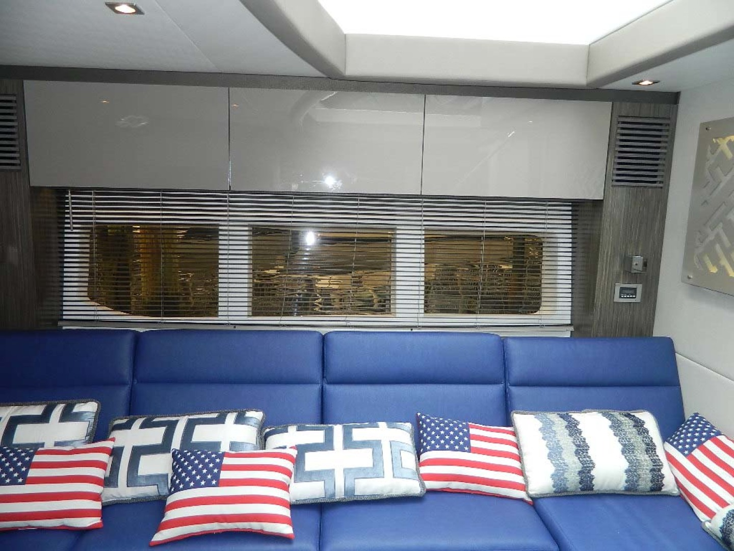 Sea Ray-Sundancer 510 Signature 2018-White Wings V Deerfield Beach-Florida-United States-Salon and Galley-1112695 | Thumbnail
