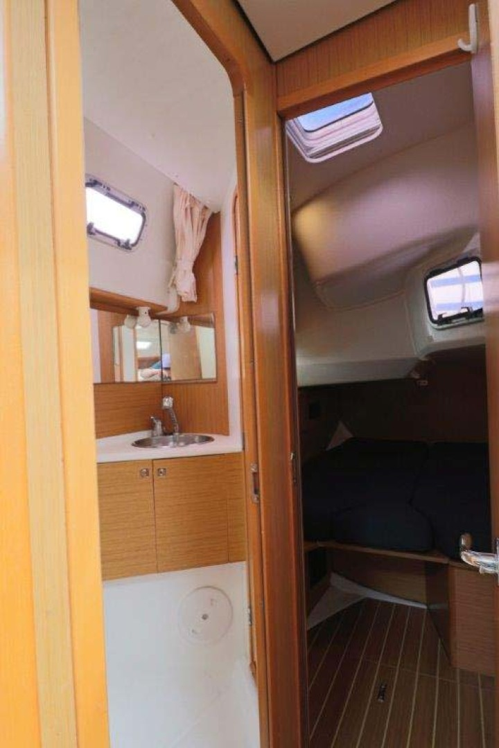 Jeanneau-Sun Odyssey 44i 2010-Intrigue Poulsbo-Washington-United States-Guest Stateroom And Head-1153335 | Thumbnail