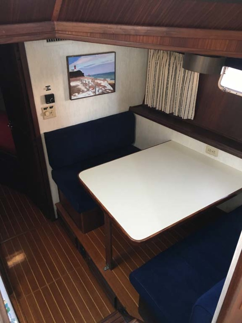 Hatteras-Cockpit Motoryacht 1983-Southern Cross Essex-Connecticut-United States-Dinette-1191803 | Thumbnail