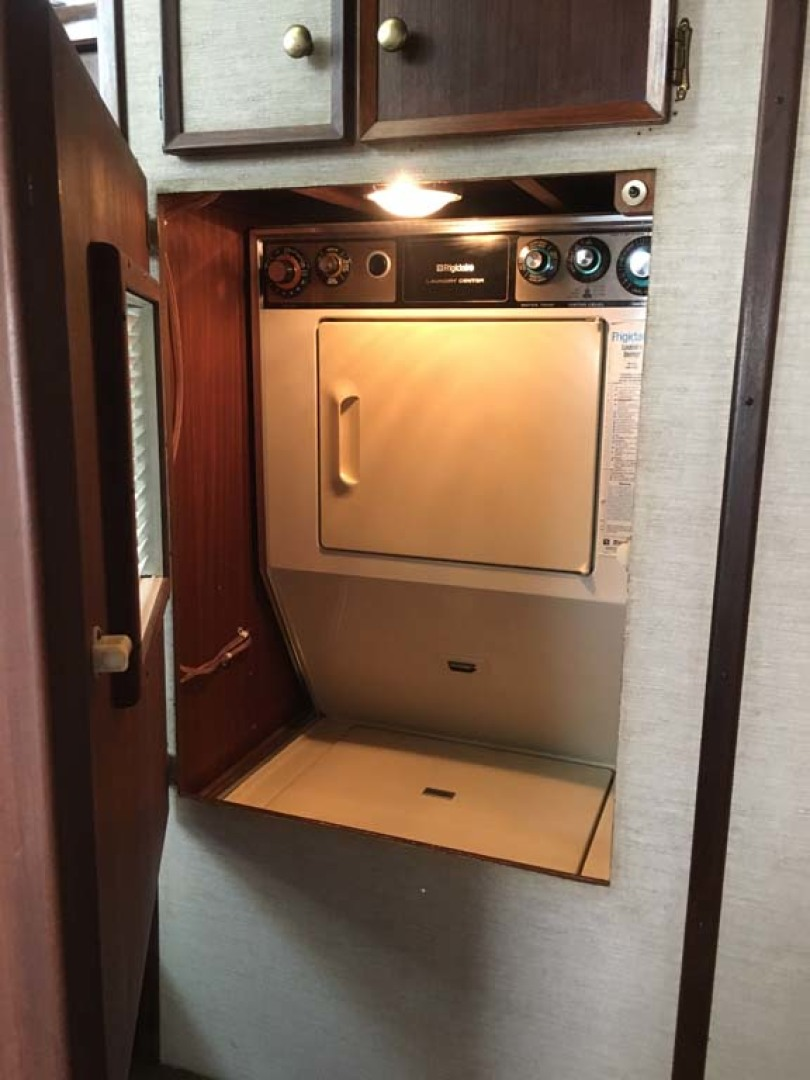 Hatteras-Cockpit Motoryacht 1983-Southern Cross Essex-Connecticut-United States-Washer and Dryer-1191811 | Thumbnail