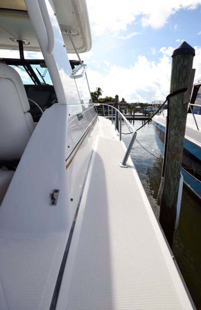 Tiara Yachts-4000 Express 2001-The Lady Barbara Melbourne-Florida-United States-Starboard Walkway-1246941 | Thumbnail