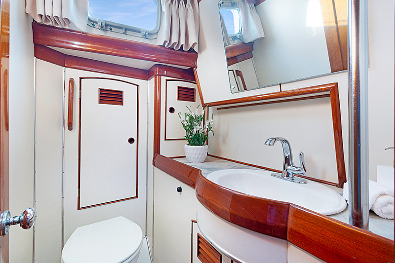 Little Harbor-Raised Saloon 1982-WIND WIZARD Fort Lauderdale-Florida-United States-Guest Bath-1264271 | Thumbnail