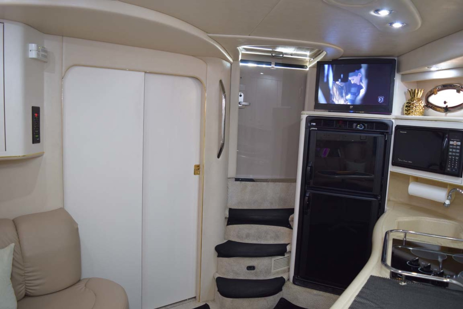 Sea Ray-400 Sundancer 1998-LEVELS Miami-Florida-United States-Guest Cabin Door Closed-1283909 | Thumbnail