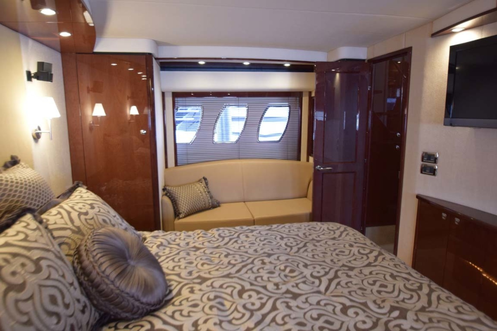 Sea Ray-Sundancer 610 2012-SON RYS Fort Myers-Florida-United States-Master Stateroom View To PORT With Loveseat Below Portholes-1298465 | Thumbnail