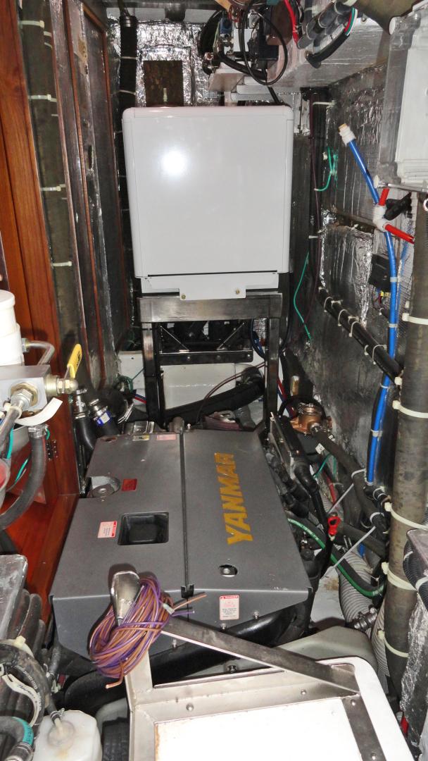 Hylas-Center Cockpit 2010-MAGNETIC SKY Hampton-Virginia-United States-Magnetic Sky_Engine_Room-1309915   Thumbnail
