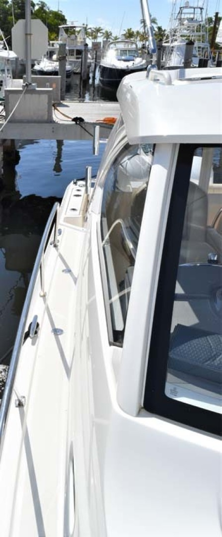 Pursuit-325 Offshore 2020-Coo Coo Miami-Florida-United States-Starboard Accessway-1475282 | Thumbnail