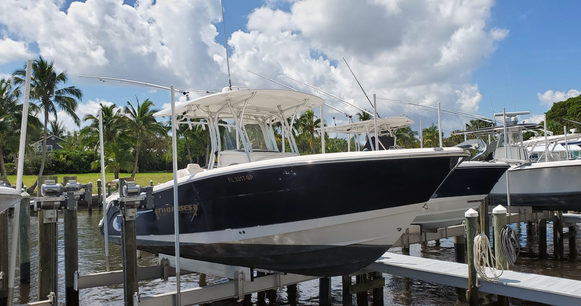 Robalo-R300 Center Console 2013-Two Roses Stuart-Florida-United States-Starboard Bow On Lift-1533762 | Thumbnail