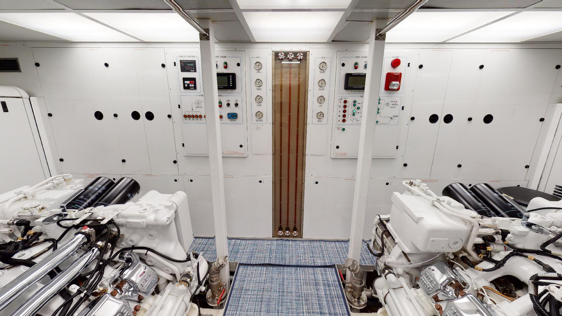 Crescent-Raised Pilothouse 2004-WONDER West Palm Beach-Florida-United States-Engine Room-1510025 | Thumbnail